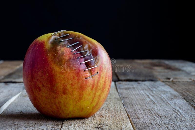 Apple met nietmachine royalty-vrije stock afbeelding
