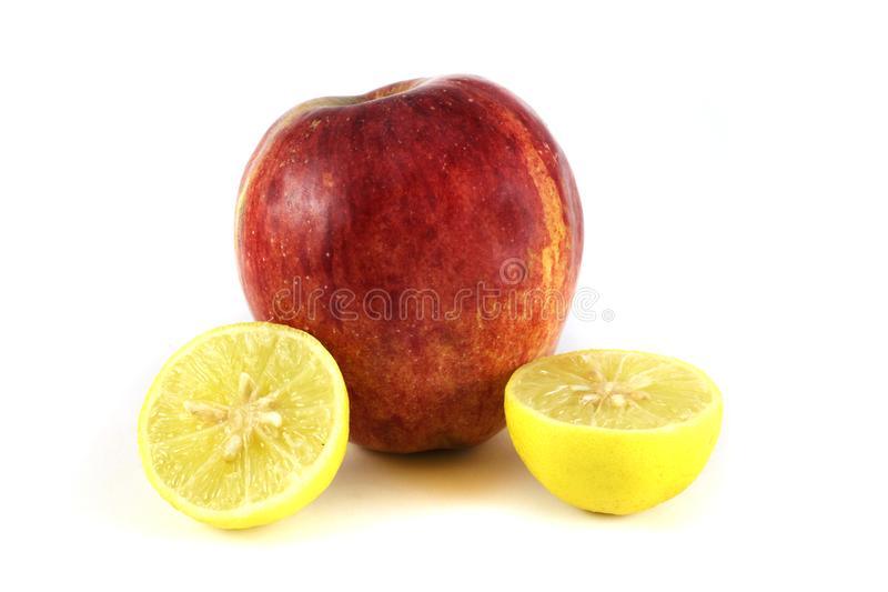 Apple mit zwei Hälften der Zitrone stockfotografie