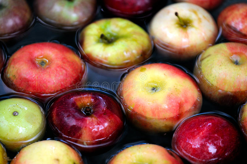Apple na água foto de stock royalty free