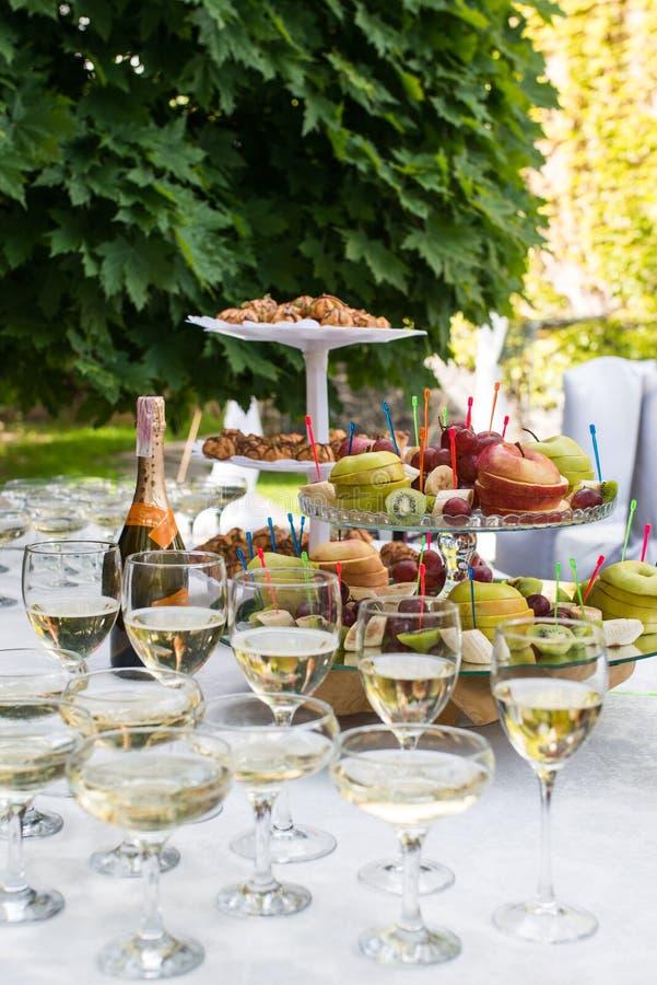 Apple na bandeja Antes do partido Vidros com champanhe e vinho branco antes do partido no café fotografia de stock