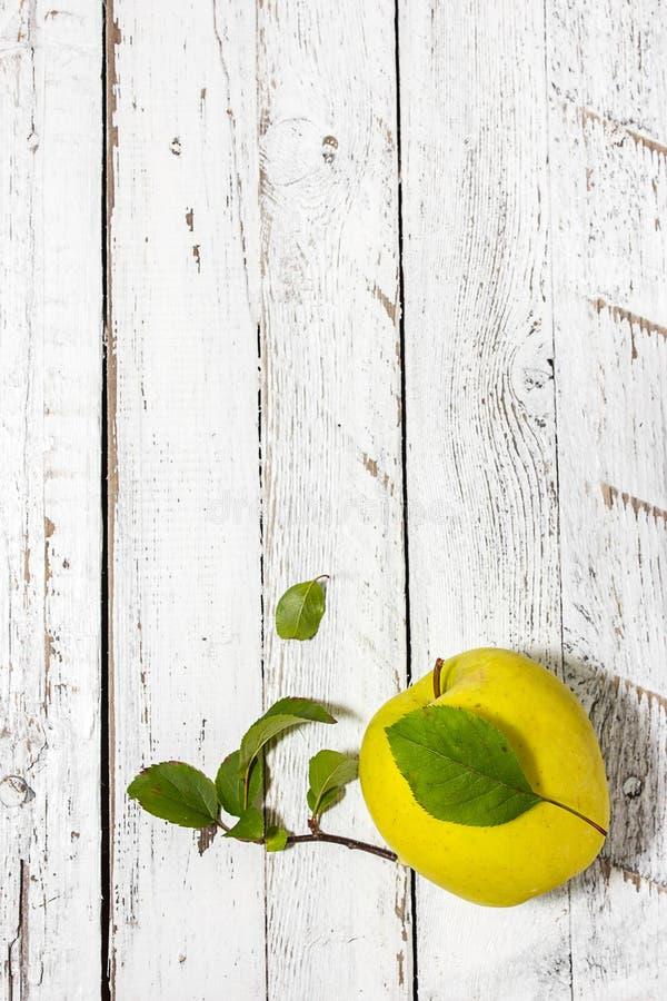 Apple na drewnianym lekkim tle zdjęcie stock