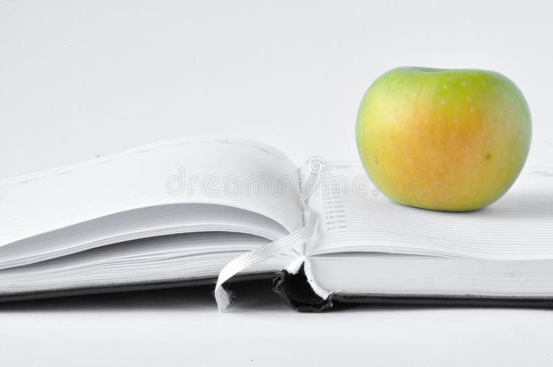 Apple na notepad obraz royalty free