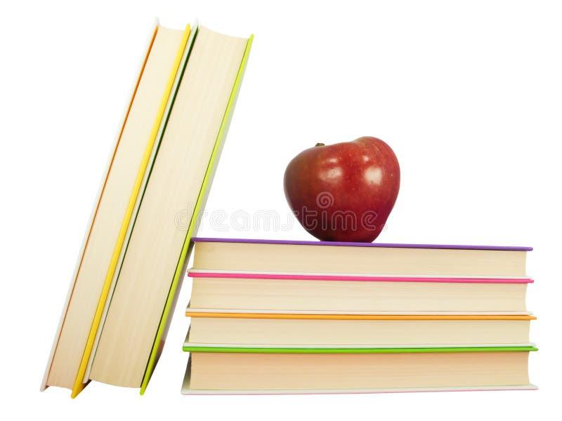 Apple na parte superior dos livros fotografia de stock