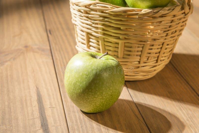Apple nahe bei Korb lizenzfreies stockfoto