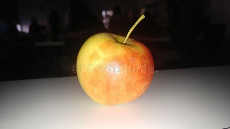 Apple nello scuro fotografie stock libere da diritti