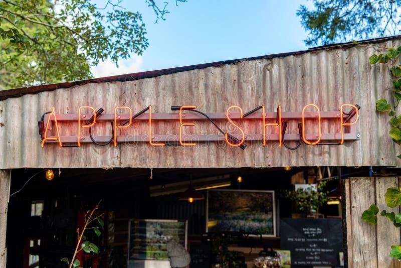 Apple Neonowego znaka Sklepowy wejście na sadzie - sprzedawań jabłka w sklepie fotografia stock