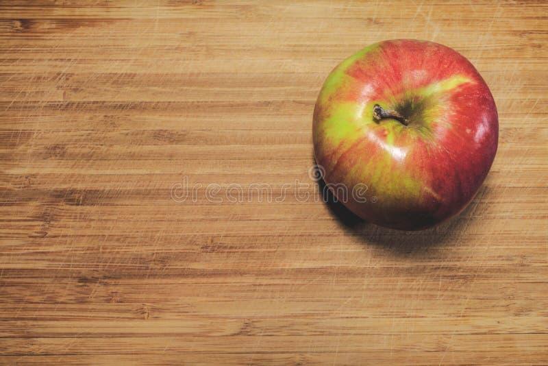Apple no jest świeży obrany na drewnianej desce Witamina, zdrowy jedzenie zdjęcia royalty free