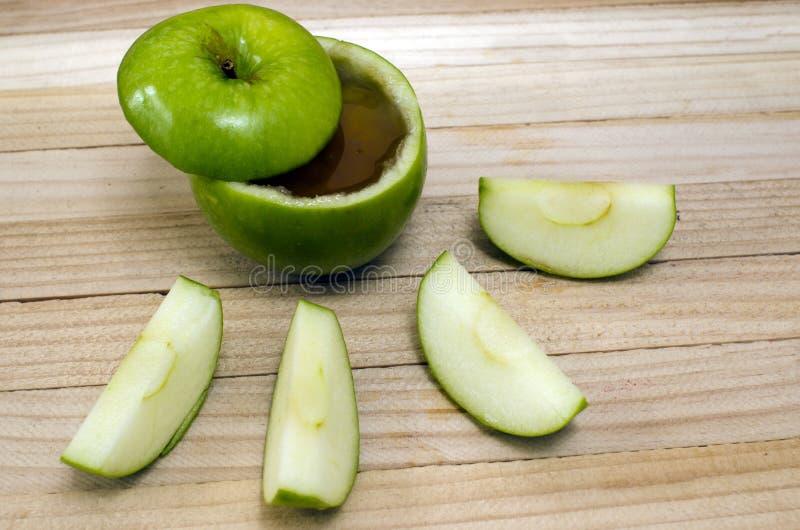 Apple no mel para Rosh Hashanah imagem de stock
