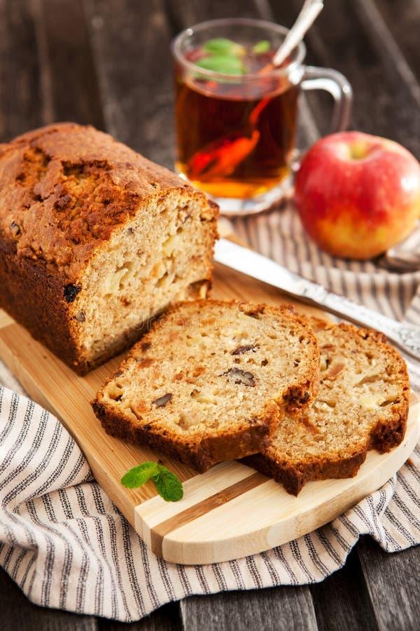 Apple-nootcake op houten raad royalty-vrije stock afbeeldingen