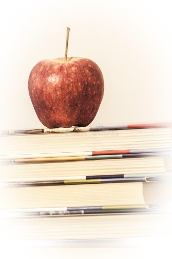 Apple nos livros imagens de stock royalty free