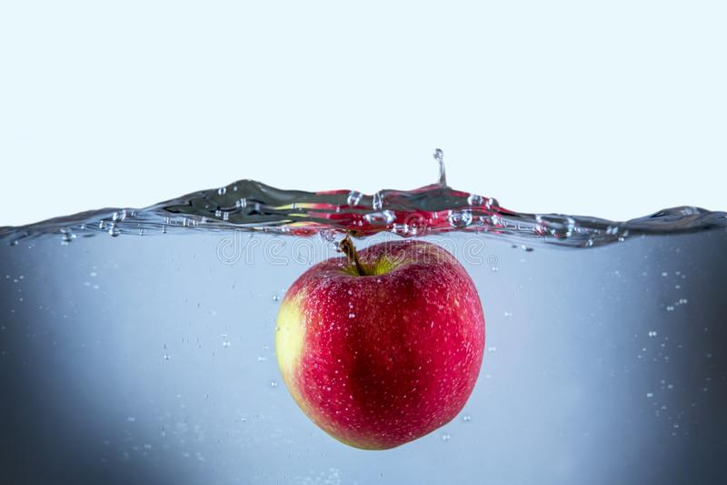 Apple ny röd färgstänk in i vattnet, röd frukt royaltyfri fotografi