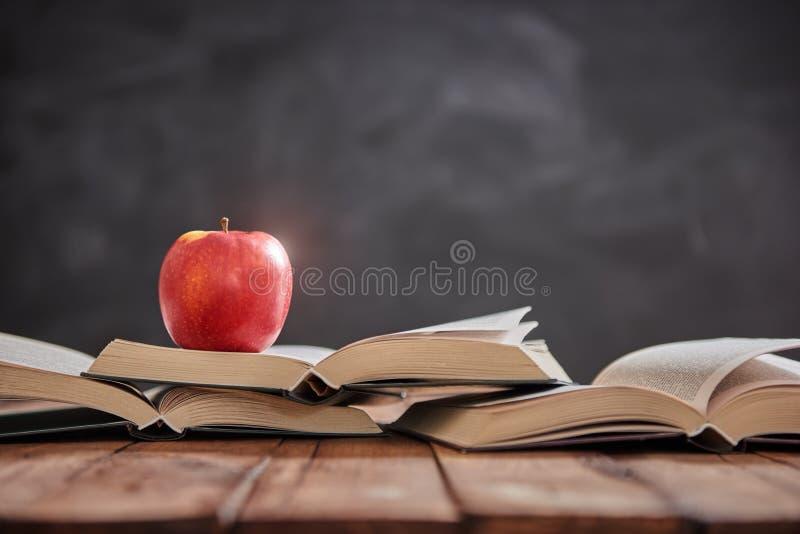 Apple och hög av böcker royaltyfria bilder