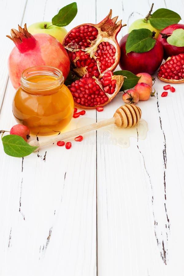 Apple och honung, traditionell mat av det judiska nya året - Rosh Hashana Kopieringsutrymmebakgrund royaltyfria foton