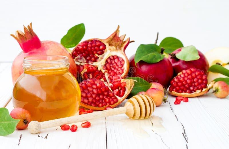 Apple och honung, traditionell mat av det judiska nya året - Rosh Hashana Kopieringsutrymmebakgrund fotografering för bildbyråer