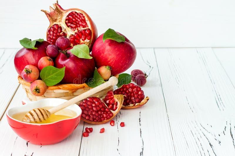 Apple och honung, traditionell mat av det judiska nya året - Rosh Hashana Kopieringsutrymmebakgrund royaltyfri bild
