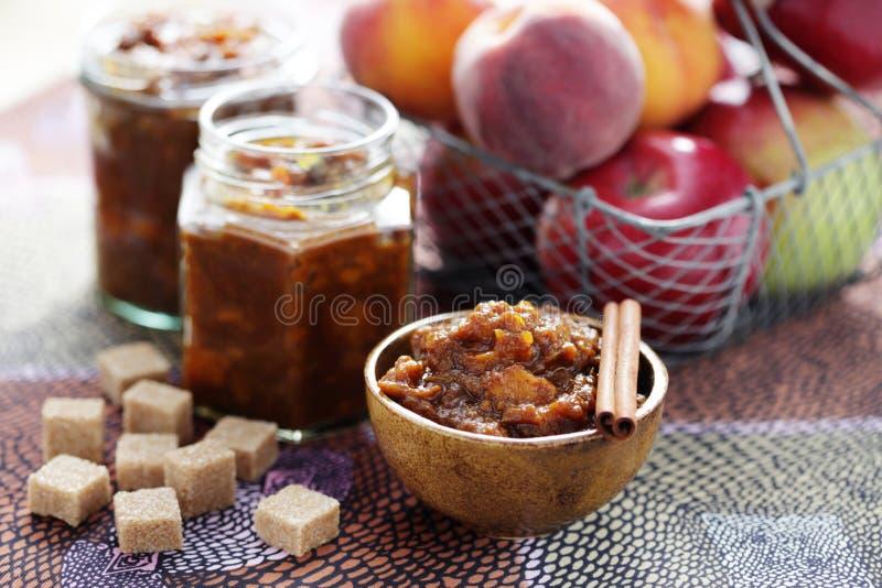 Apple och persikachutney royaltyfria bilder
