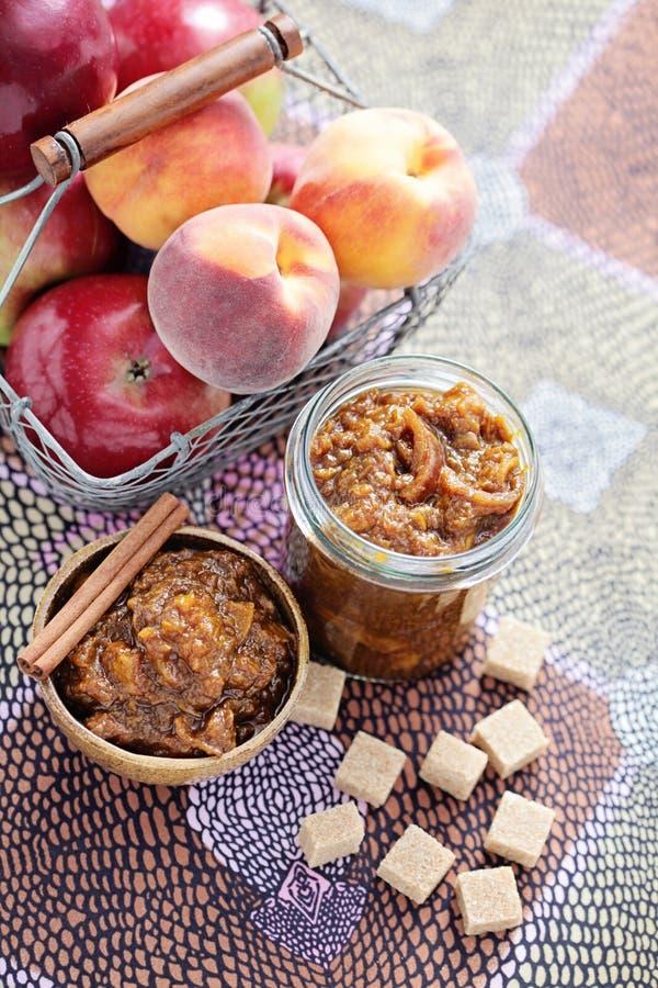 Apple och persikachutney arkivbild