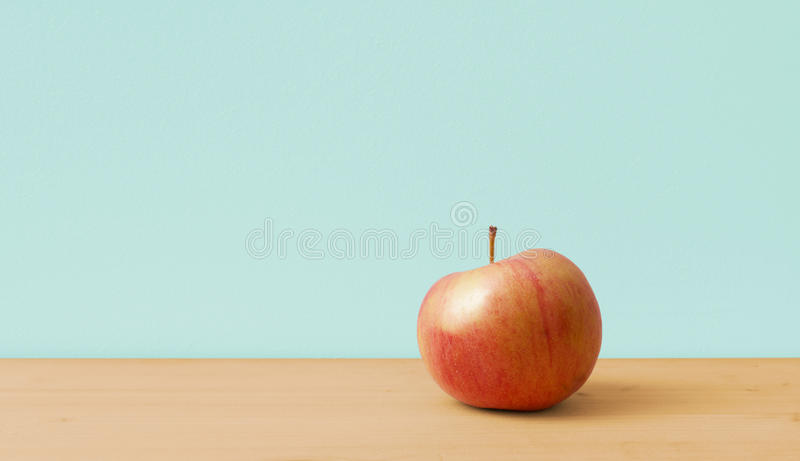 Apple op eenvoudige achtergrond royalty-vrije stock afbeelding