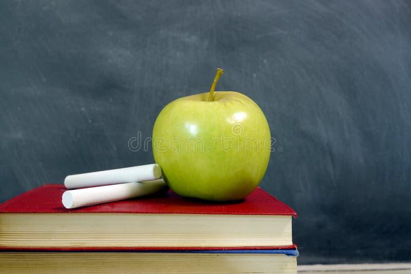 Apple op schoolhandboek stock afbeeldingen