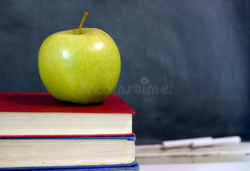 Apple op schoolhandboek royalty-vrije stock foto