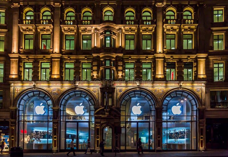 Apple-opslag in het UK op regent st Londen bij nacht, het UK royalty-vrije stock foto