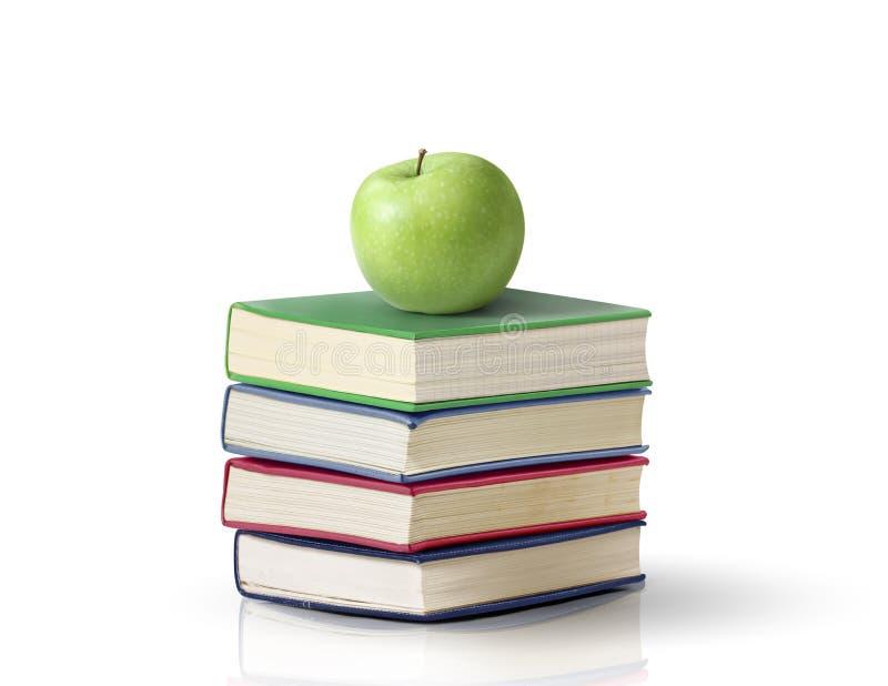 Apple på böcker royaltyfri fotografi
