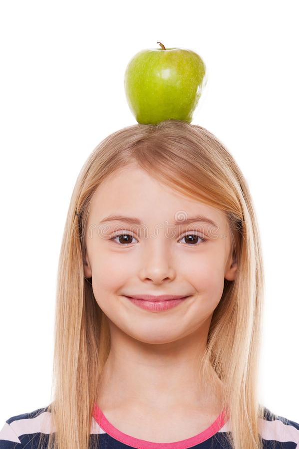 Apple på hennes huvud. royaltyfri foto