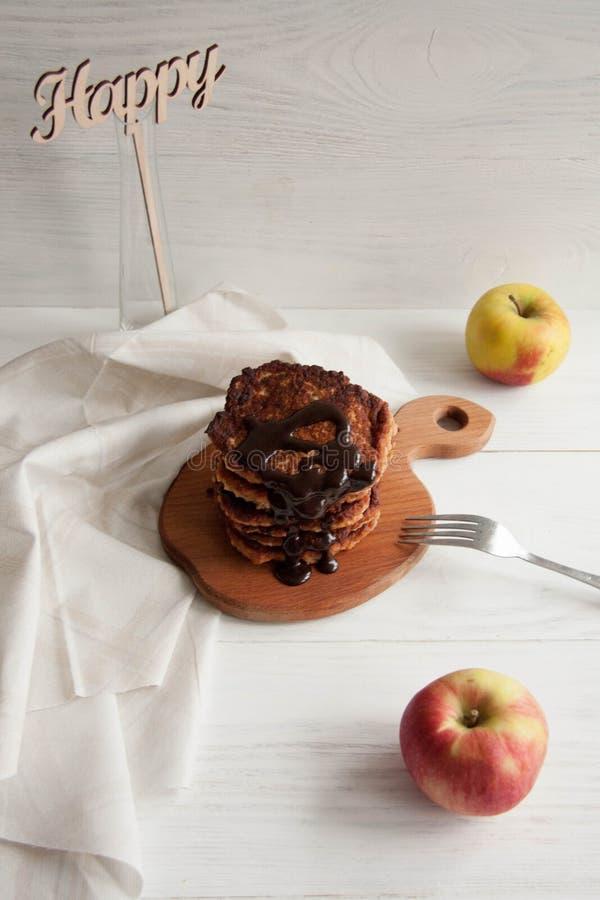 Apple-pannekoeken met chocolade die op een bruine houten raad liggen royalty-vrije stock afbeeldingen