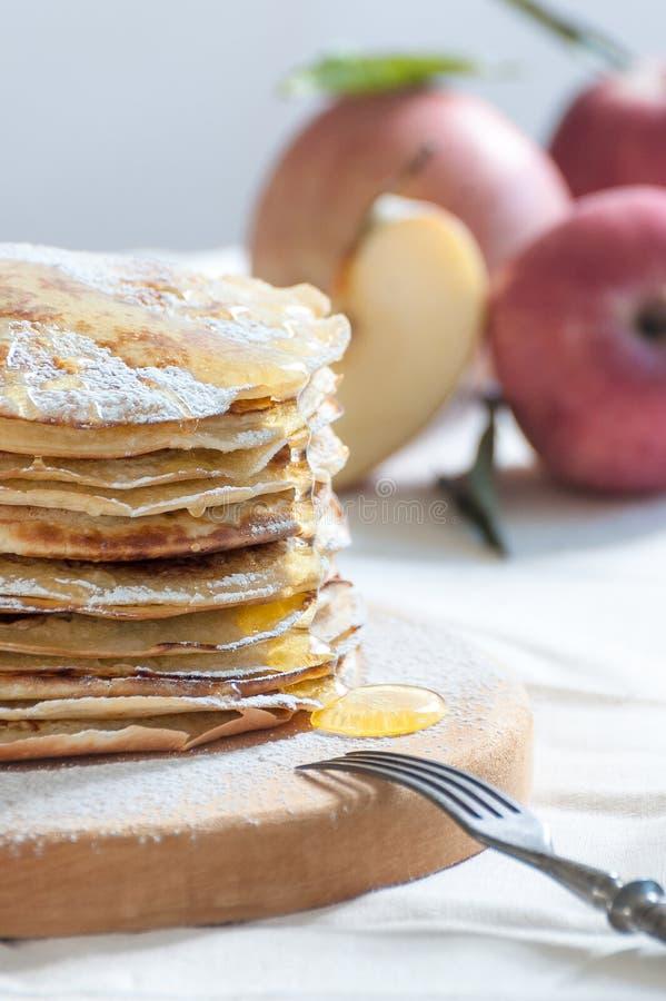 Apple-pannekoeken met honing op een houten raad stock afbeeldingen