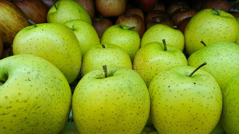 Apple para a venda no mercado imagens de stock royalty free