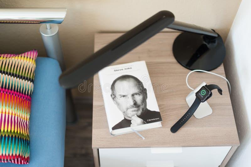 Apple passen auf dem Nachttisch aufgeladen werden auf stockbilder