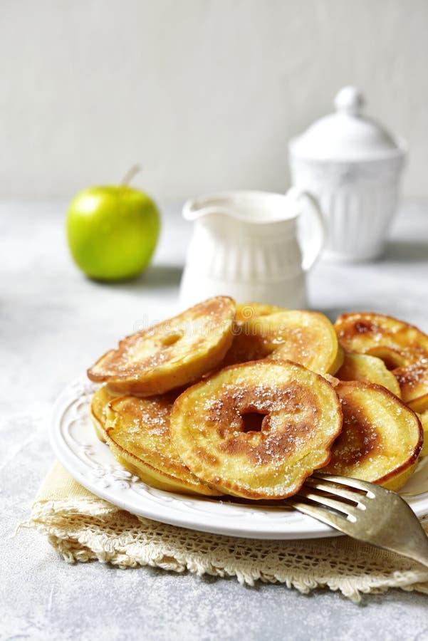 Apple-Pfannkuchen zum ein Frühstück stockfotos
