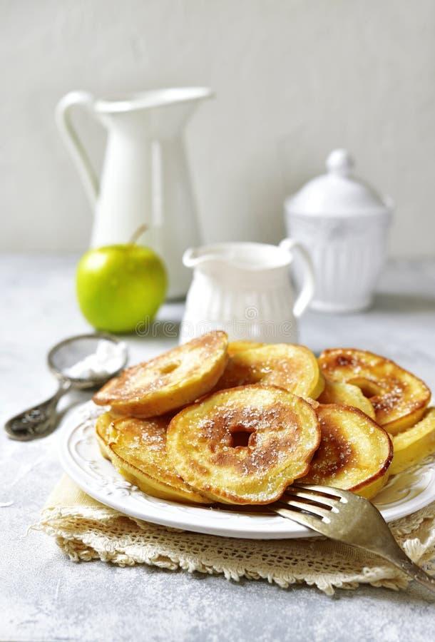 Apple-Pfannkuchen zum ein Frühstück stockbild