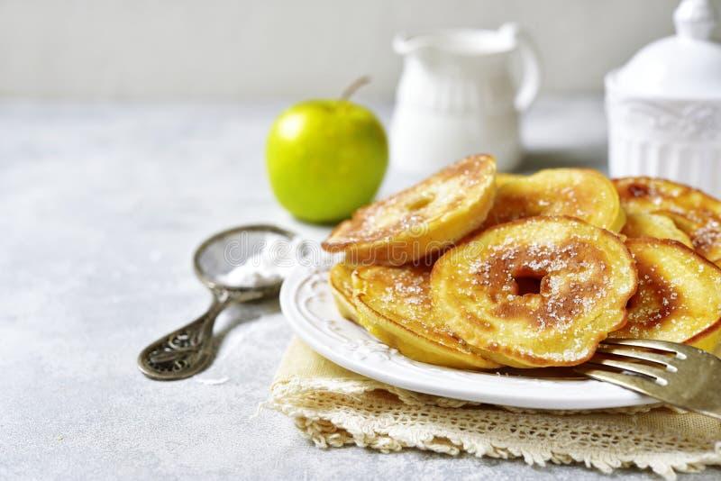 Apple-Pfannkuchen zum ein Frühstück lizenzfreies stockbild