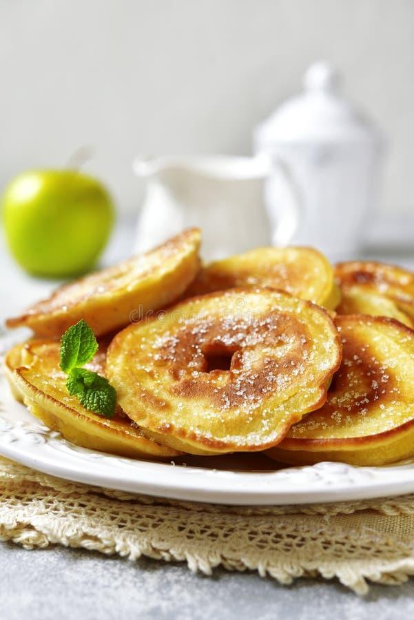 Apple-Pfannkuchen zum ein Frühstück stockfotografie