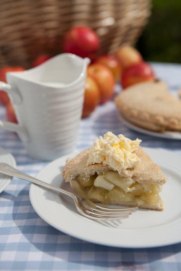 Apple Pie med kräm arkivfoto