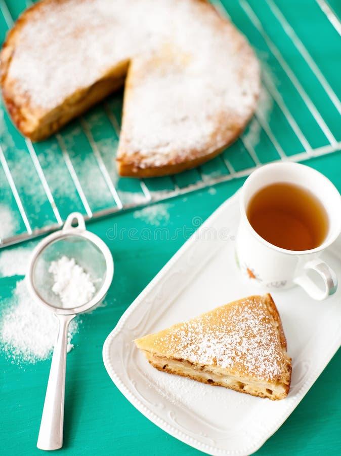 Apple pie med tea royaltyfria bilder