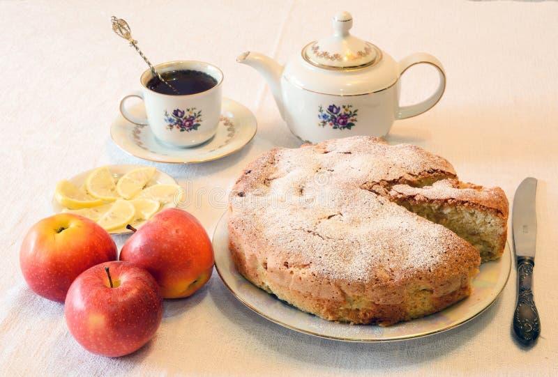 Apple pie med tea royaltyfria foton