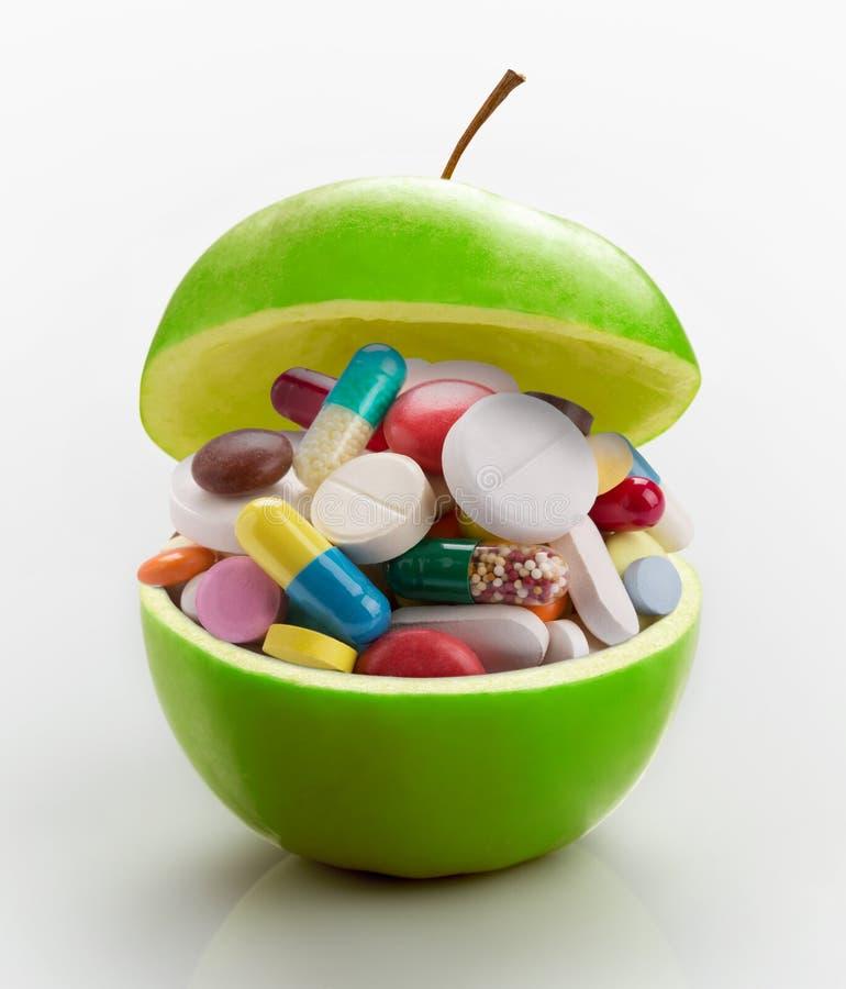 Apple in pieno delle medicine fotografia stock libera da diritti
