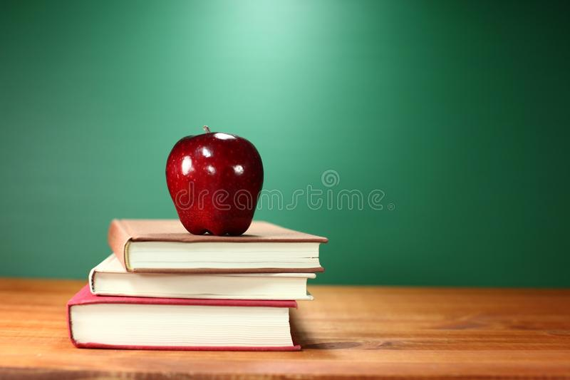 Apple plus Stapel Boeken op een Bureau voor terug naar School royalty-vrije stock afbeeldingen