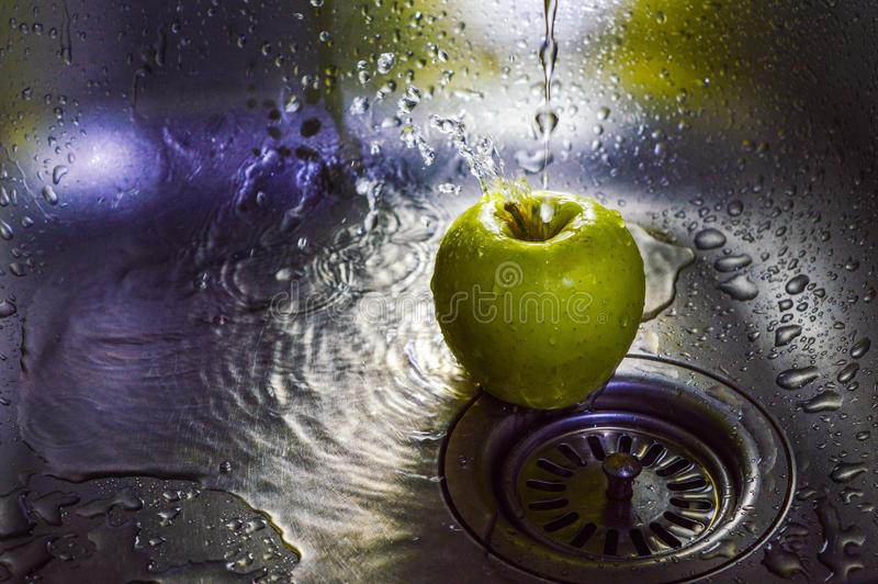 Apple pod wodą fotografia royalty free