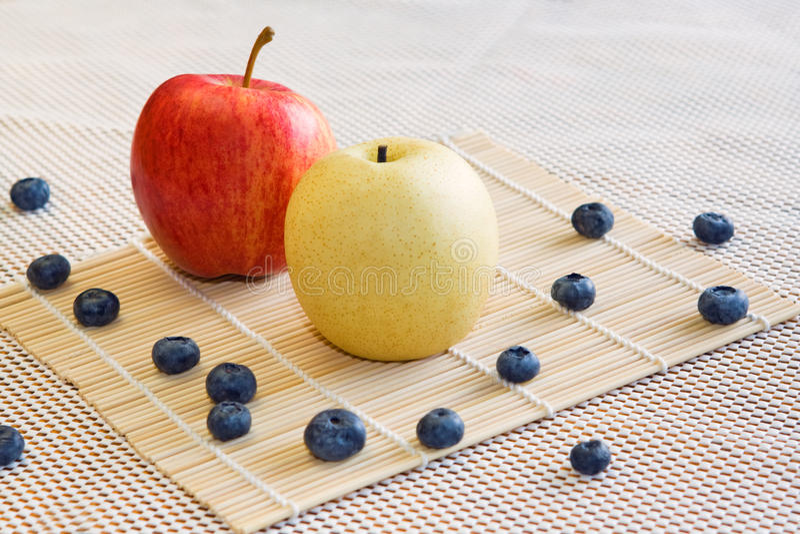 Apple, poire, baies sur un fond blanc photos libres de droits
