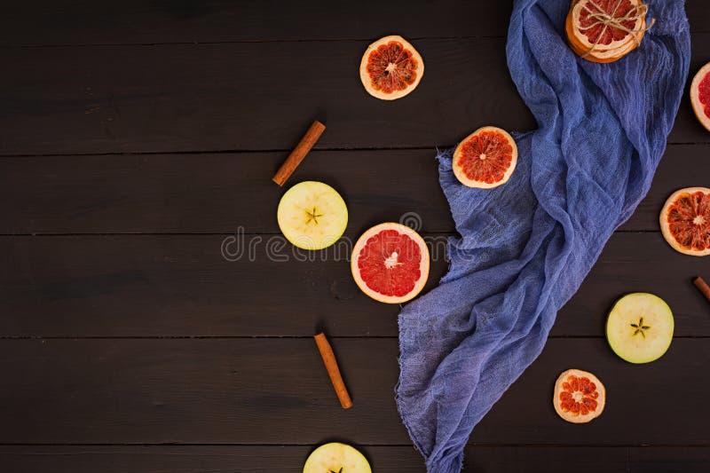 Apple, pomelo y canela en fondo de madera Ingrediente para el vino reflexionado sobre caliente Visi?n superior fotos de archivo libres de regalías