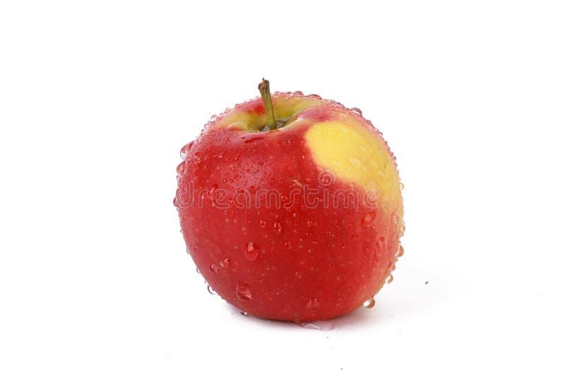 Apple - pomme naturelle rouge fraîche avec des baisses de l'eau d'isolement sur le blanc photographie stock libre de droits