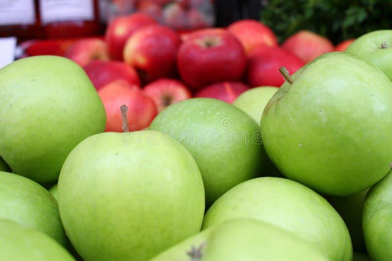Apple Pommes rouges et vertes organiques fra?ches detox Toxines libres Nourriture saine et r?gime Apple comme fond photographie stock libre de droits