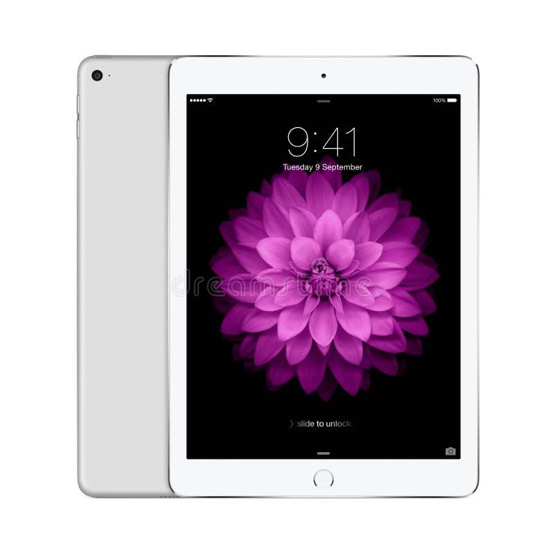Apple prateia o ar 2 do iPad com iOS 8 com a tela do fechamento no deslocamento fotografia de stock royalty free