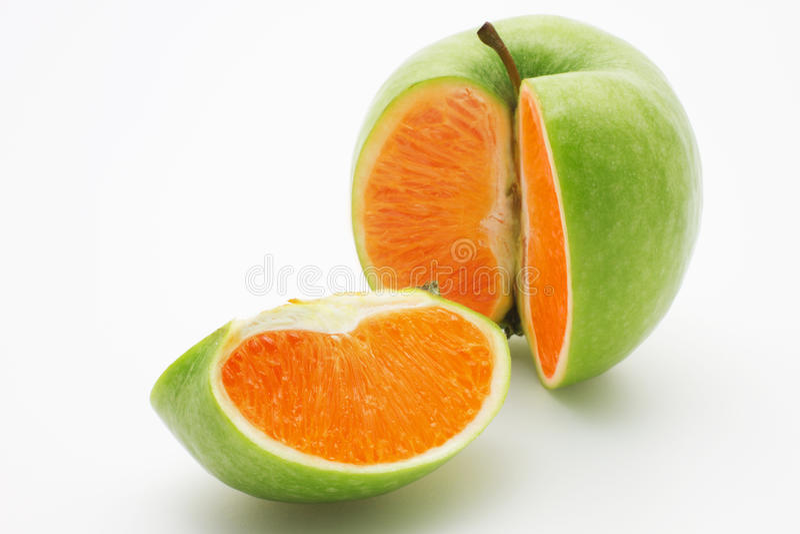 Apple que contiene una naranja imagen de archivo libre de regalías