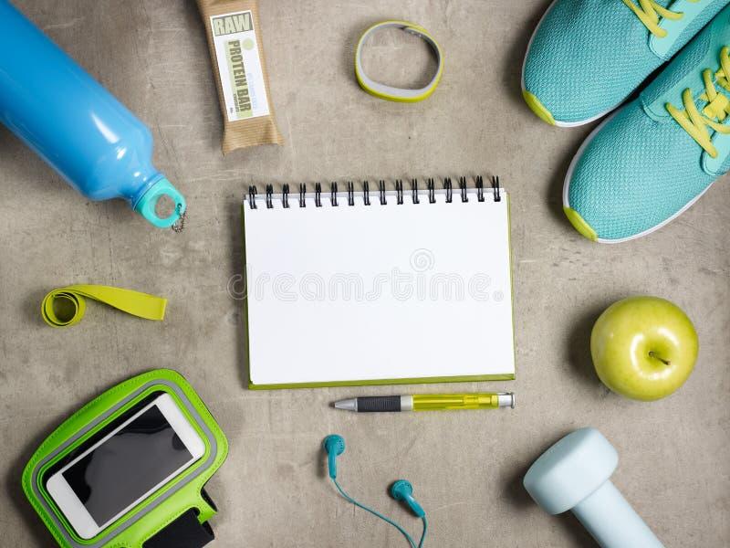 Apple, rå proteinstång, färdig bogserare, smartphone och anteckningsbok arkivfoto
