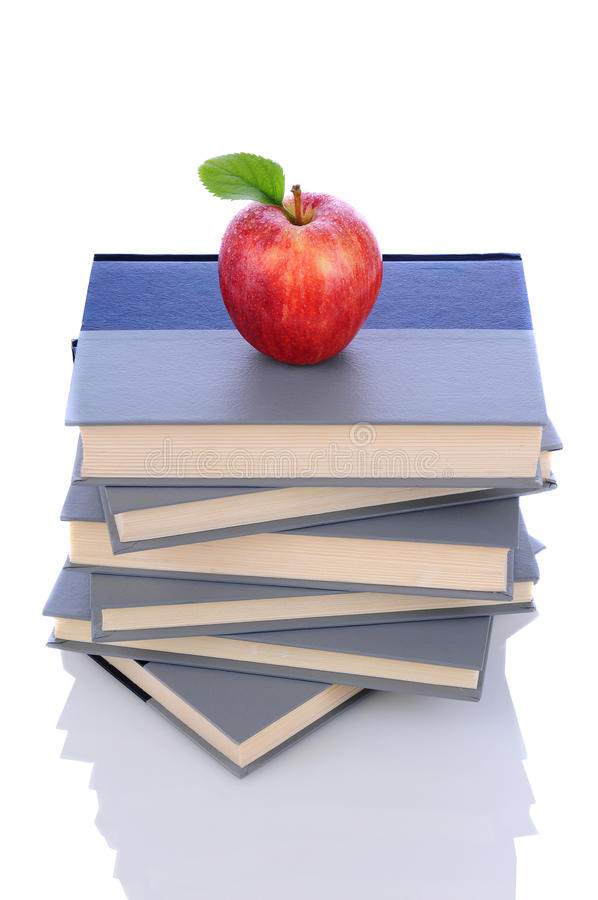 Apple rouge sur la pile de livres photo libre de droits