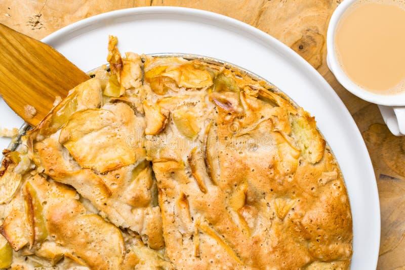 Apple rozdrobni, Świeży piec kulebiak i filiżanka kawy na naturalnym drewnianym tle na metalu talerzu, zbliżenie obrazy stock